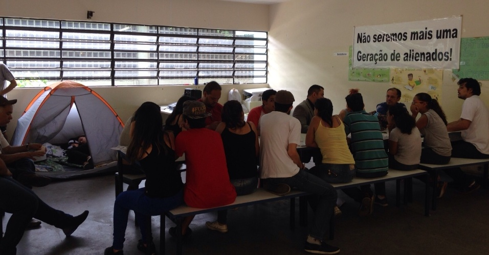 10.nov.2015 - Cerca de 20 alunos ocupam a E.E Diadema desde a noite de segunda-feira (9). Eles protestam contra a reorganização da rede estadual de São Paulo