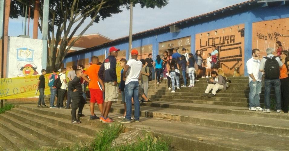 12.nov.2015 - Estudantes na frente da Escola Estadual Salvador Allende, na zona leste de São Paulo. Unidade foi ocupada na manhã desta quinta em protesto contra a reorganização escolar anunciada pela Secretaria da Educação