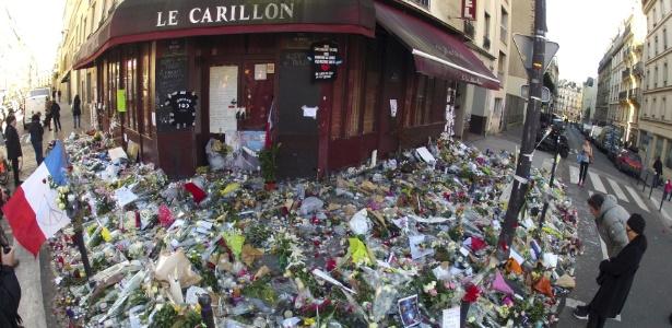 Flores se acumulam em frente a restaurante alvo de ataques em Paris - Charles Platiau/Reuters