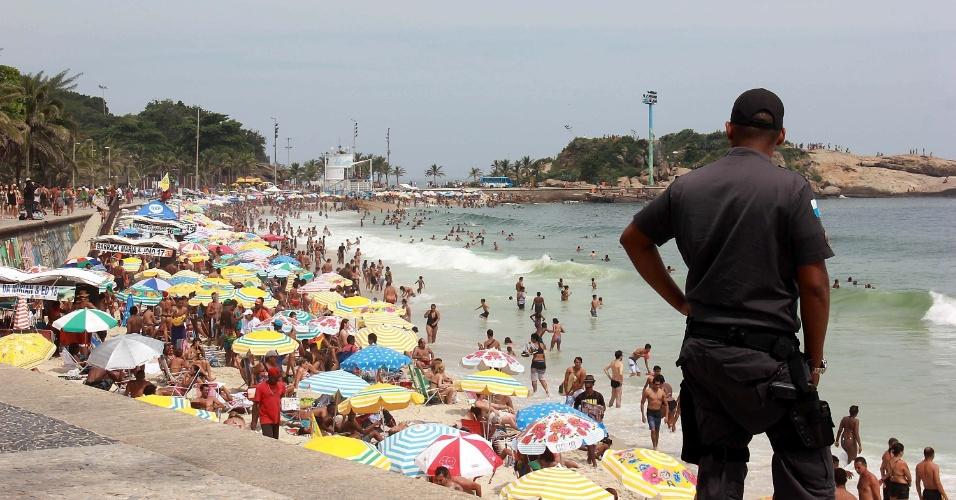 9.jan.2016 - Policial faz guarda em dia de calor na praia de Ipanema, no Rio de Janeiro
