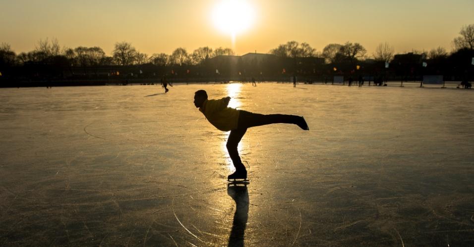 17.jan.2016 - Patinador se apresenta em lago congelado de Beijing, capital da China