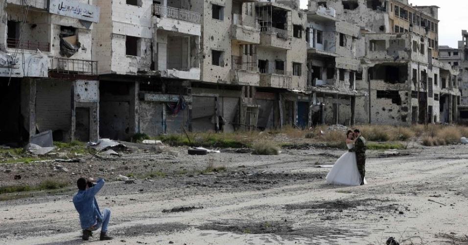 5.fev.2016 - Recém-casados sírios fazem o álbum de fotos do casamento na cidade de Homs, que foi destruída durante a guerra civil entre os rebeldes e as forças leais ao governo Bashar al-Assad