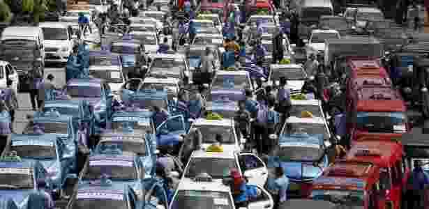 Caminhoneiros fazem protesto na Avenida Brasil, na manhã desta terçaf-eira (27), contra o roubo de cargas no Rio, complicando trânsito em direção ao Centro da cidade - Darren Whiteside/Reuters - Darren Whiteside/Reuters