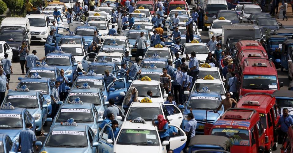 22.mar.2016 - Taxistas realizam protesto e exigem do governo a proibição de aplicativos para o transporte de passageiros, como o Uber, em Jacarta. Milhares de taxistas participaram da manifestação, o que provocou um caos no trânsito da capital da Indonésia