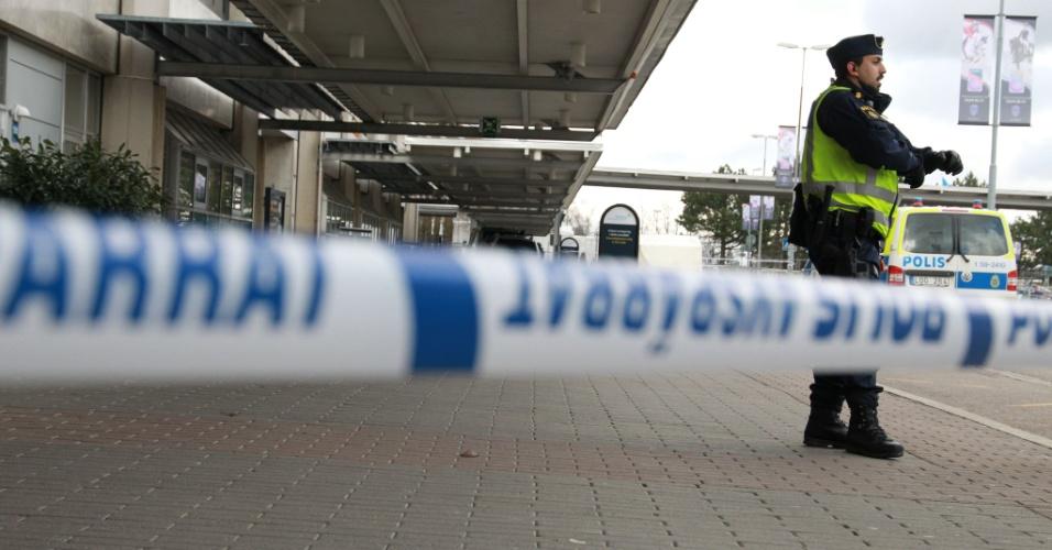 31.mar.2016 - Um esquadrão antibombas foi chamado no aeroporto de Gotemburgo - o segundo maior da Suécia - para investigar uma ameaça de bomba em um dos terminais. A polícia esvaziou o local e reforçou a vigilância em todo o aeroporto