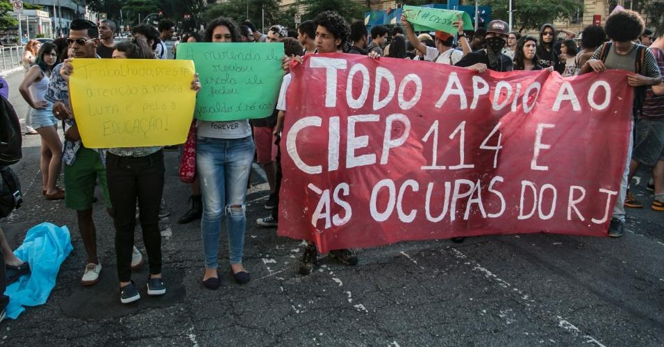 6.abr.2016 - Estudantes e Policiais Militares entram em confronto na região central de São Paulo, na tarde desta quarta-feira (06), em protesto contra o fechamento de salas de aula e contra a 'máfia da merenda'