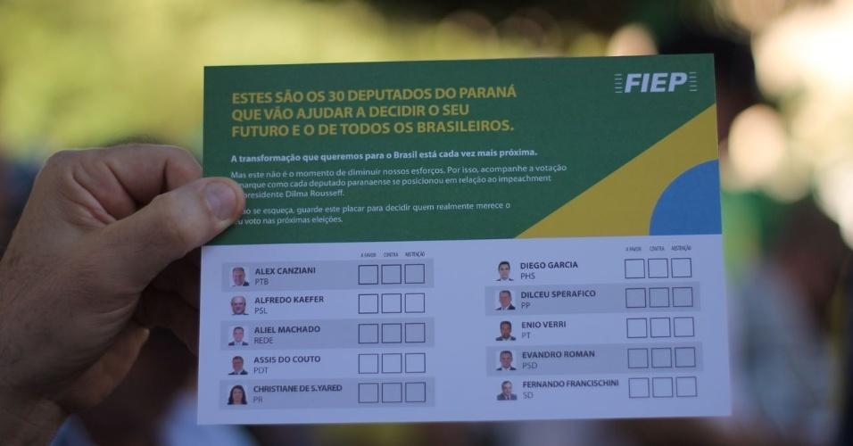 17.abr.2016 - A Fiep (Federação das Indústrias do Estado do Paraná) distribui folheto com a lista dos deputados que representam o Paraná na Câmara dos Deputados, em manifestação favorável ao impeachment da presidente Dilma Rousseff. A imagem foi enviada pela internauta Letícia Naús Piazzaroli para o WhatsApp do UOL (11) 95520-5752