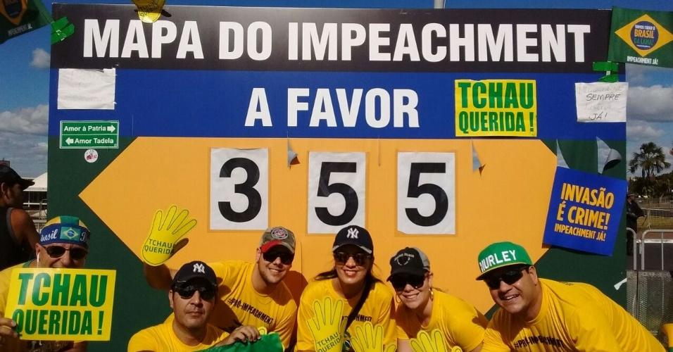 17.abr.2016 - Manifestantes favoráveis ao impeachment que estão na Esplanada dos Ministérios, em Brasília (DF), posam em frente a um painel de contagem da votação dos deputados