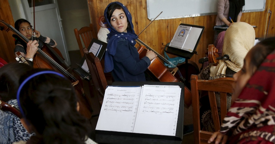 18.abr.2016 - Fakria Azizi, membro da orquestra de mulheres Zohra, participa de ensaio no Instituto Nacional de Música do Afeganistão, em Cabul. Tocar instrumento musicais foi uma prática banida durante a vigência do regime do Taleban, no Afeganistão. Ainda hoje, muitos muçulmanos conservadores desaprovam a maioria das formas de música