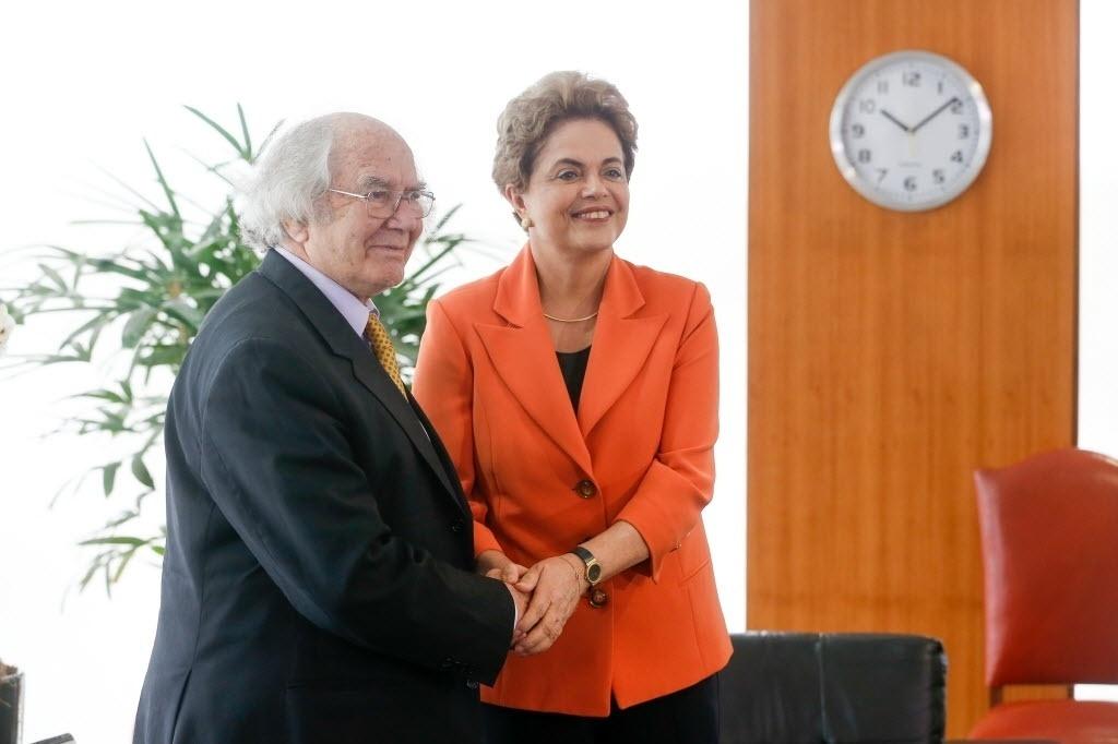28.abr.2016 - A presidente Dilma Rousseff recebe o argentino Adolfo Pérez Esquivel, prêmio Nobel da Paz, no gabinete do Palácio do Planalto, em Brasília. Esquivel afirmou que Brasil passa por