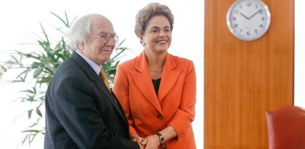 Dilma recebe o argentino Adolfo Pérez Esquivel, prêmio Nobel da Paz, no gabinete do Palácio do Planalto, em Brasília