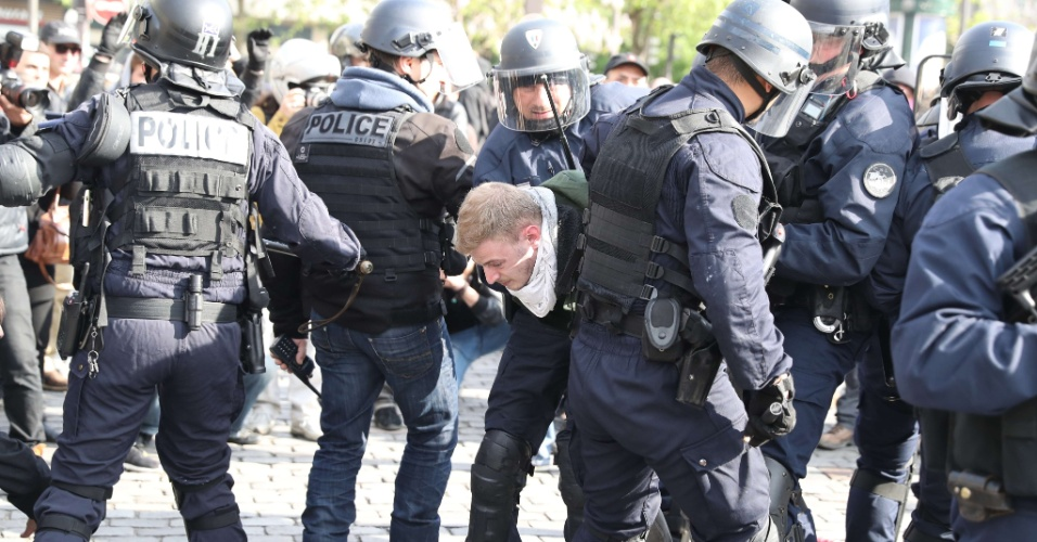 19.mai.2016 - Policiais franceses prendem manifestante que protestava contra projeto de reforma trabalhista proposta pelo governo de François Hollande. Esse é o terceiro dia seguido de protestos contra a medida. Na última terça-feira, dezenas de milhares de pessoas (68 mil, segundo a polícia; 220 mil, segundo um sindicato) foram às ruas protestar pelas principais cidades do país
