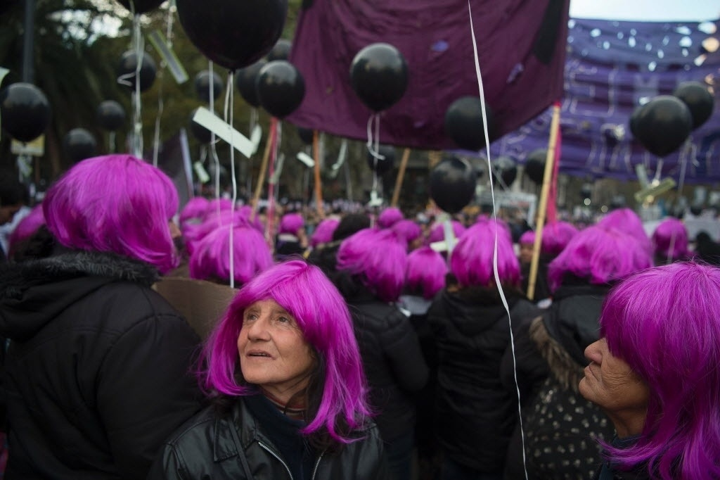 """3.jun.2016 - Mulheres usam perucas rosa ao participar da marcha """"Ni una menos"""" (Nenhuma a menos, em tradução livre), ato contra o feminicídio em Buenos Aires, na Argentina"""