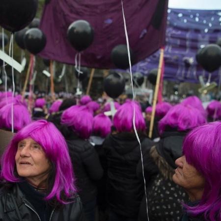 """Mulheres usam perucas rosa ao participar da marcha """"Ni una menos"""" (Nenhuma a menos, em tradução livre), ato contra o feminicídio em Buenos Aires, na Argentina - Eitan Abramovich/ AFP"""