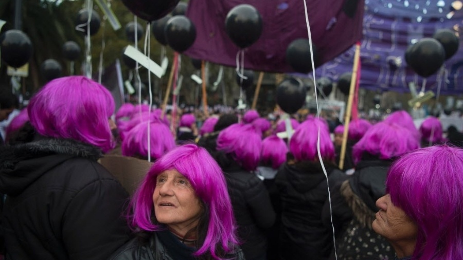 """3.jun.2016 - Mulheres usam perucas rosa ao participar da marcha """"Ni una menos"""" (Nenhuma a menos, em tradução livre), ato contra o feminicídio em Buenos Aires, na Argentina - Eitan Abramovich/ AFP"""