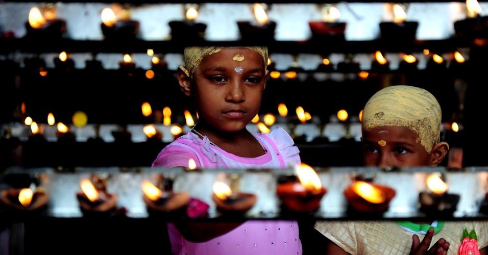 28.jul.2016 - Devotos hindus acendem velas durante a celebração do Aadi Kiruthigai, em um templo na Índia. Aadi é considerado um mês sagrado e é comemorado com rituais em homenagem a deuses hindus