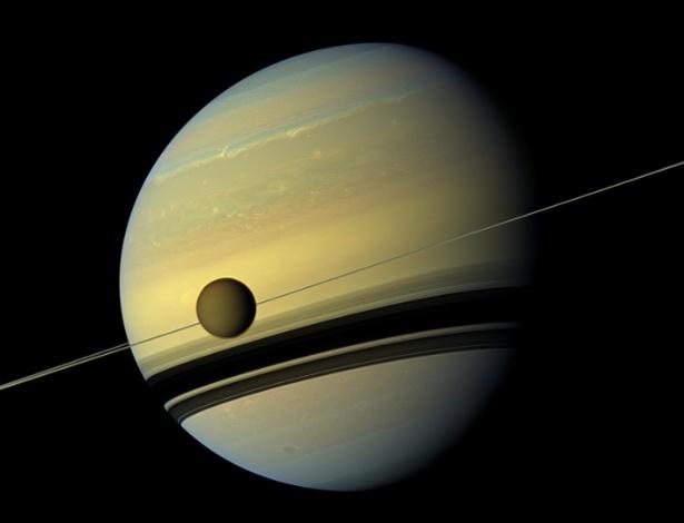 21.set.2016 -  Cientistas da Nasa (Agência Espacial Americana) encontraram uma nuvem de gelo na lua Titã, em Saturno. A descoberta intrigou os cientistas uma vez que a que a estratosfera da Titã é tão seca quanto um deserto.  A nuvem é feita de um composto de carbono e nitrogênio conhecida como dicyanoacetylene (C4N2). De acordo com os pesquisadores, a aparência dessa nuvem de gelo vai contra tudo que já foi descoberto sobre a formação de nuvens em Titã