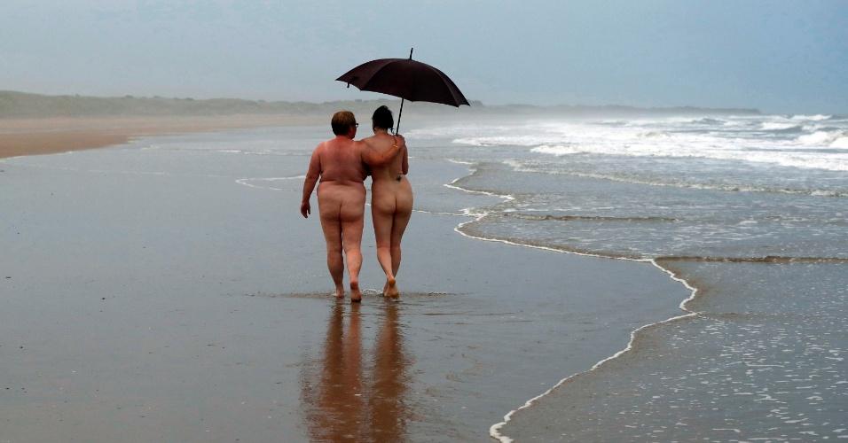 2.set.2016 - Centenas de pessoas participaram do mergulho anual sem roupa no mar de Druridge Bay, no Reino Unido. Os organizadores calcularam que 500 pelados compareceram ao evento, que busca levantar fundos para caridade