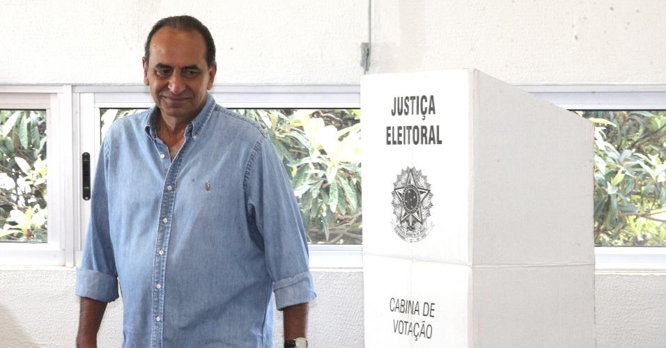 30.out.2016 - O candidato à Prefeitura de Belo Horizonte Alexandre Kalil (PHS) votou neste domingo. As pesquisas Ibope e Datafolha apontam que a disputa está indefinida, com Kalil numericamente à frente de João Leite (PSDB), mas empatados tecnicamente no limite da margem de erro. No primeiro turno Leite terminou na frente, com 33,4% dos votos. Já Kalil teve 26,6%