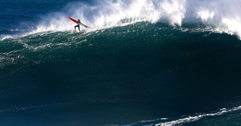 20.dez.2016 - Surfista americano Billy Kemper parece andar sobre a onda na Liga Mundial de Surfe na Praia do Norte, em Nazaré (Portugal)