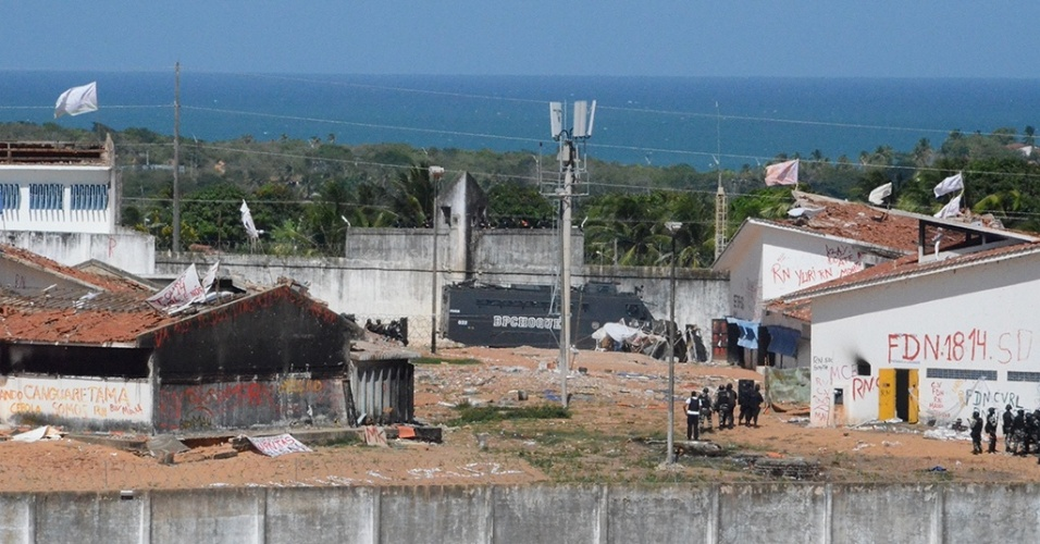 18.jan.2017 - Policiais da tropa de Choque começam a entrar no presídio de Alcaçuz para efetuar a transferência de presos de facções