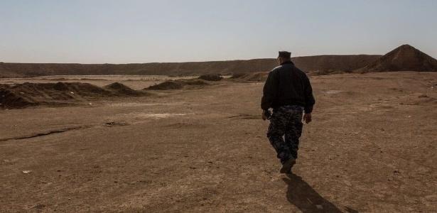Policial mostra à BBC as valas comuns nos arredores de Hamman al-Alil