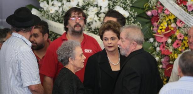 O ex-presidente Luiz Inácio Lula da Silva recebe o apoio da ex-presidente Dilma Rousseff durante o velório da ex-primeira-dama Marisa Letícia