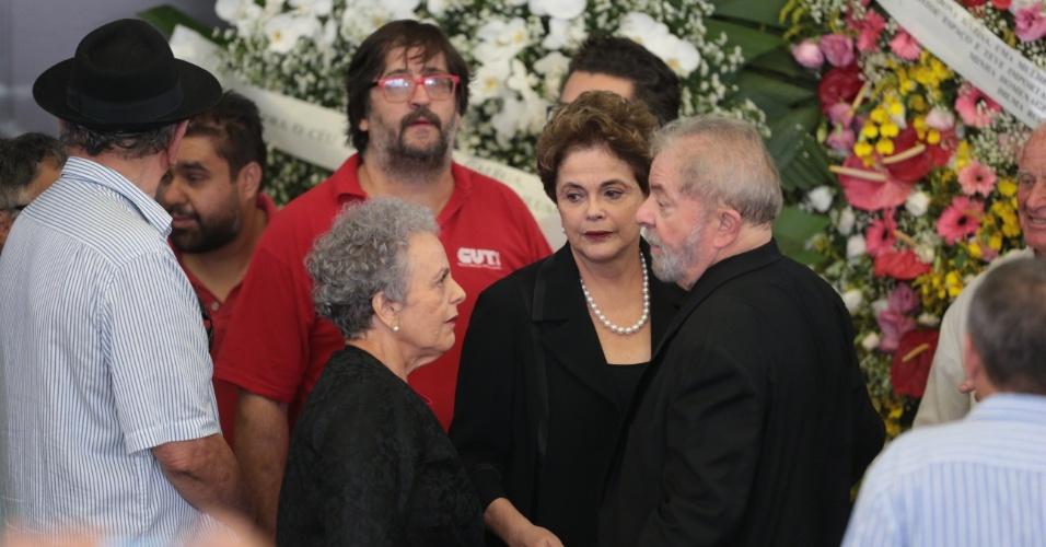 4.fev.2017 - O ex-presidente Luiz Inácio Lula da Silva recebe o apoio da ex-presidente Dilma Rousseff durante o velório da ex-primeira-dama Marisa Letícia, em São Bernardo do Campo, no ABC Paulista, na manhã deste sábado