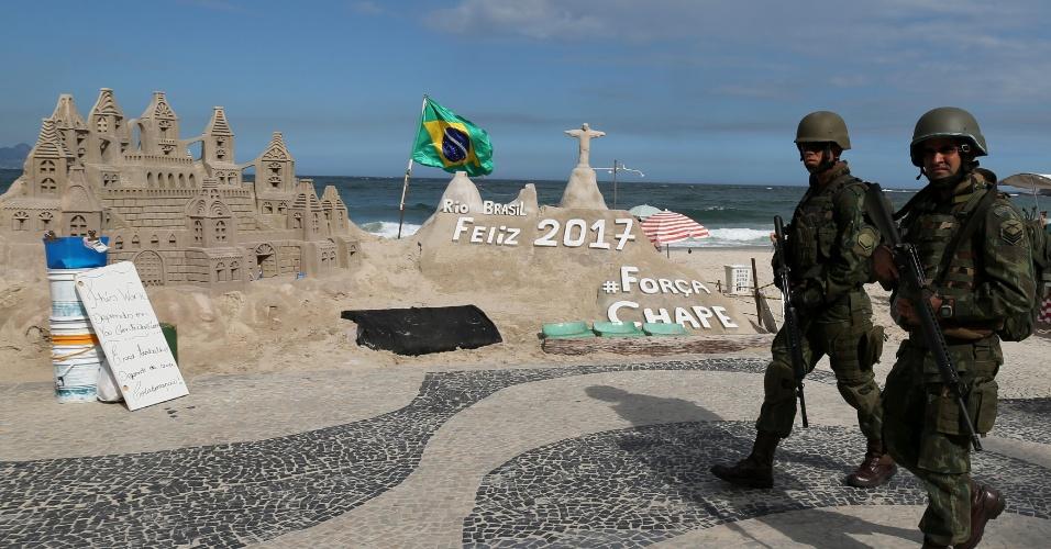 14.fev.2017 - Militares irão patrulhar o Rio de Janeiro até 2 de março. Na foto, eles caminham pela orla da praia de Copacabana, um dos pontos turísticos da capital fluminense