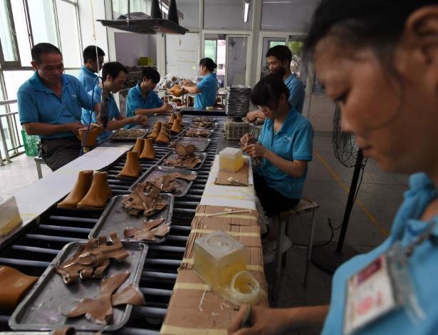 14.set.2016 - Trabalhadores na produção de sapatos na fábrica Huajian, onde cerca de 100 mil pares de sapato da marca de Ivanka Trump já foram feitos, em Dongguan, no sul da China