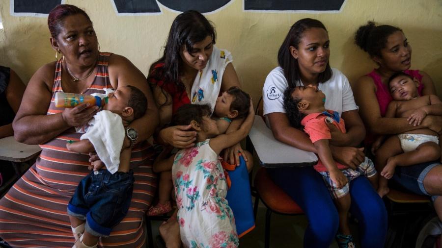 Mães com crianças com microcefalia no colo - Adriana Zehbrauskas/The New York Times