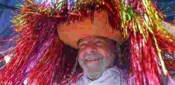 27.ago.2017 - O ex-presidente Luiz Inácio Lula da Silva usa um chapéu do caboclo de lança do maracatu, ao ser recebido na Usina Maravilha, em Pernambuco, durante atividade em sua caravana pelo país - Ricardo Stuckert - Ricardo Stuckert