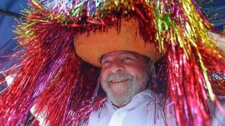 27.ago.2017 - O ex-presidente Luiz Inácio Lula da Silva usa um chapéu do caboclo de lança do maracatu, ao ser recebido na Usina Maravilha, em Pernambuco, durante atividade em sua caravana pelo país