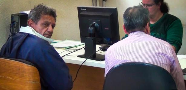 Mario Prestes Neto (à esq.) se apresentou com um advogado no 91º DP (Distrito Policial)