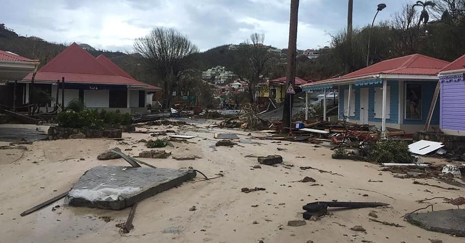 7.set.2017 - Estragos em rua da cidade da Gustávia, capital da Coletividade de São Bartolomeu (território pertencente à França), no Caribe, após a passagem do furacão Irma