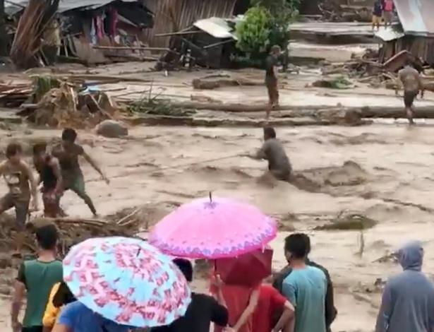 Pessoas ajudam no resgate a vítimas em Lanao do Norte, a mais afetada das cidades