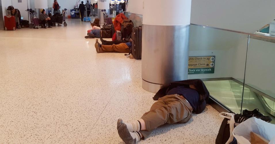 Com voos cancelados por causa do frio, passageiros dormem no chão do aeroporto JFK
