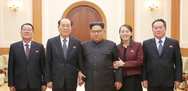 Kim Jong-un (centro) aparece ao lado da irmã e de dirigentes norte-coreanos