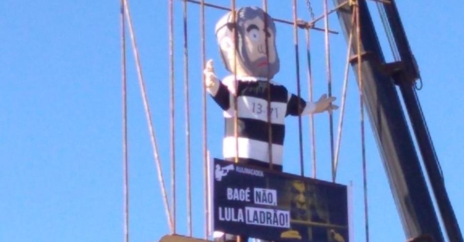19.mar.2018 - Manifestantes protestam em Bagé (RS) contra a caravana de Lula