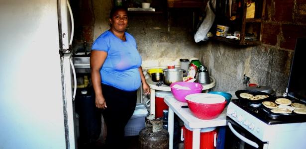 Gabriela Vega, 35 anos, é uma líder comunitária que cozinha para as crianças do bairro de La Vega, em Caracas, Venezuela - Federico Parra/AFP