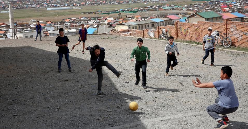 12.maio.2018 - Em Bayanzurkh, distrito da capital da Mongólia Ulaanbaatar, crianças jogam futebol