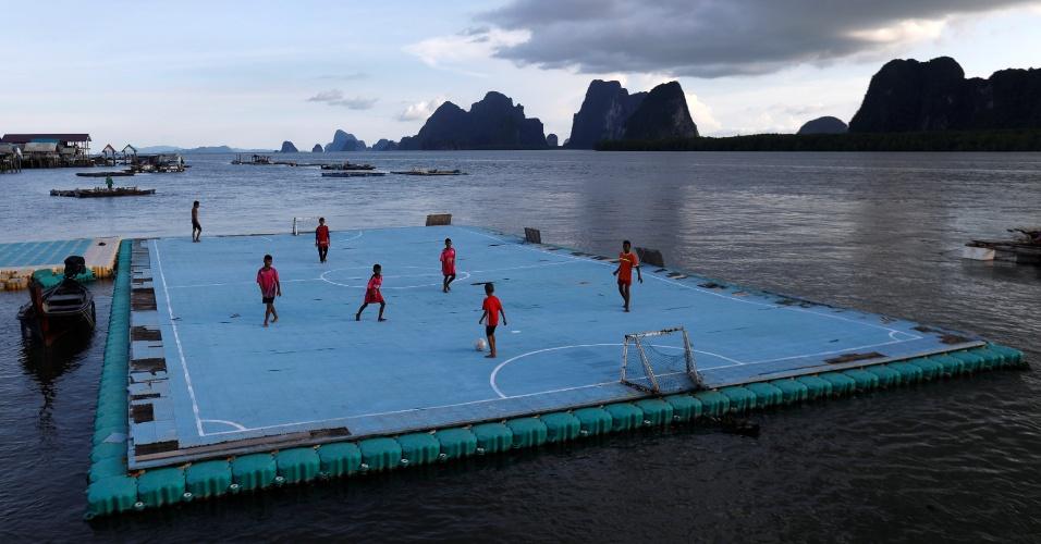 20.maio.2018 - Crianças jogam futebol em uma quadra no mar na vila de Ko Panyi, na Tailândia