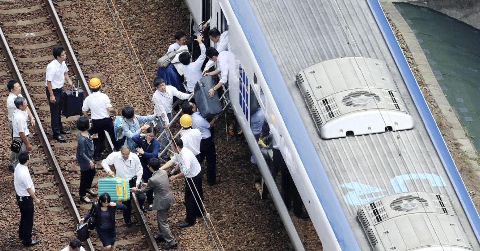 18.jun.2018 - Passageiros desembarcam de trem após operação ser suspensa por causa de terremoto em Takatsuki, no Japão