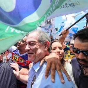 O candidato à Presidência da República Ciro Gomes (PDT), cumprimenta o eleitorado durante ato de campanha pelo centro de Fortaleza (CE)