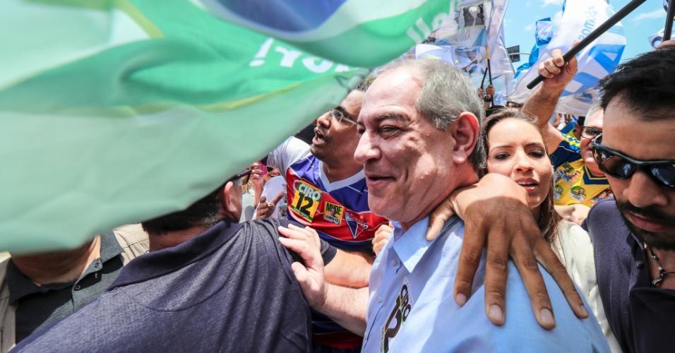 O candidato à Presidência da República Ciro Gomes (PDT), cumprimenta o eleitorado durante ato de campanha pelo centro de Fortaleza (CE), neste sábado (06). Ciro estava acompanhado da esposa, do irmão e candidato ao senado, Cid Gomes, e do prefeito de Fortaleza, Roberto Cláudio (PTD)