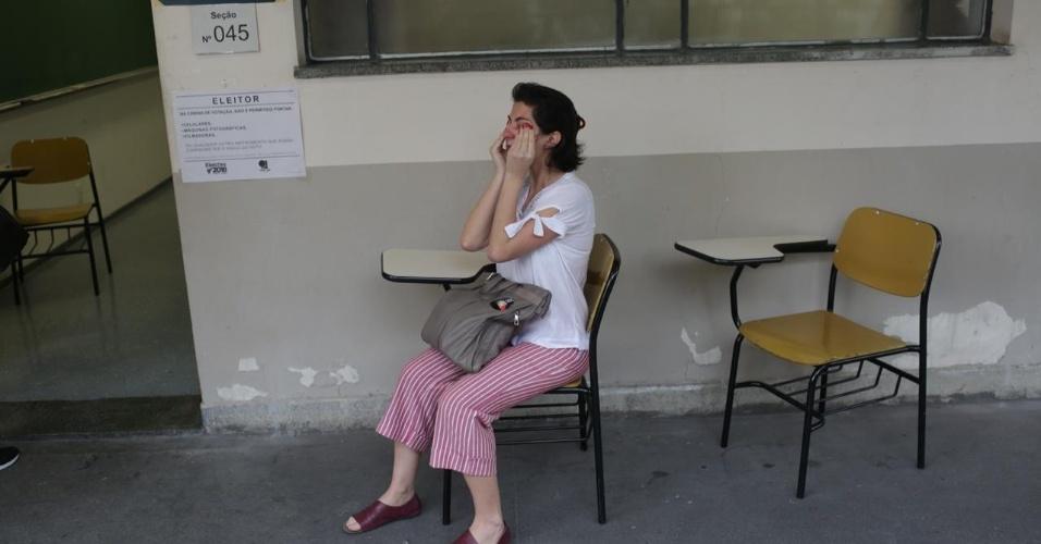 Adriane de Luca, 37, arquiteta, chora após votar na PUC em Perdizes. ?Estou muito emocionada porque é um momento muito delicado da democracia brasileira. Meu choro é para que as pessoas votem por amor e não pelo ódio?