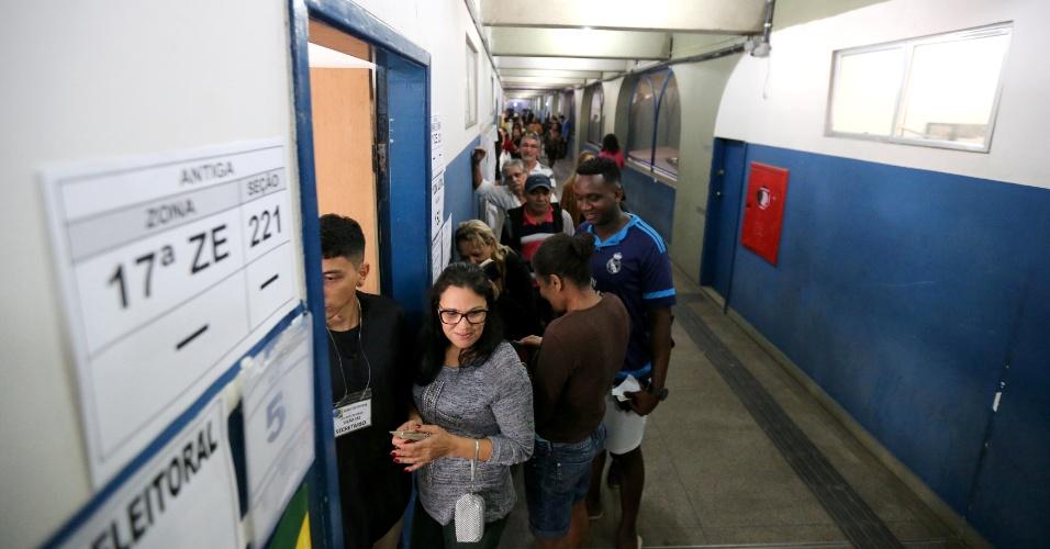 Eleitores aguardam para votar no Rio de Janeiro