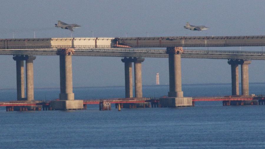 Caças russos sobrevoam a ponte que cruza o Estreito de Kerch, no Mar de Azov, na região da Crimeia, disputada por Rússia e Ucrânia - REUTERS/Pavel Rebrov