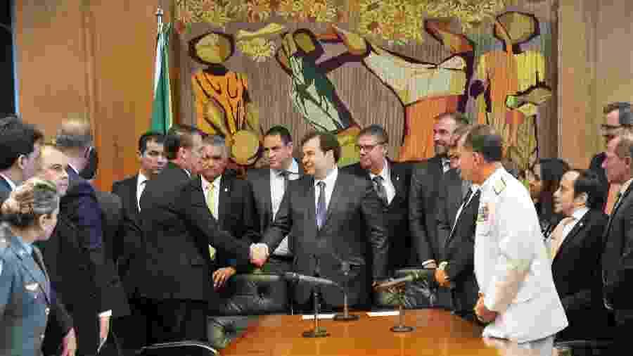 Presidente da Câmara dos Deputados, dep. Rodrigo Maia, recebe a proposta de reforma da Previdência dos militares das mãos do presidente Jair Bolsonaro - J.Batista/Câmara dos Deputados