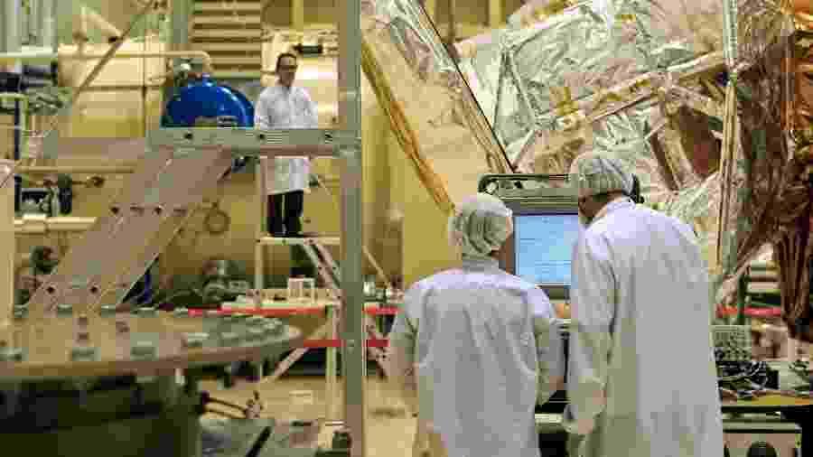 25.8.2010 - Engenheiros espaciais trabalham, dentro do laboratório de integração e testes do Inpe, no protótipo do satélite argentino SAC-D - Marcelo Justo/Folhapress